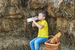 I bambini di estate all'aperto nella campagna Fotografia Stock