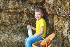 I bambini di estate all'aperto nella campagna Immagini Stock
