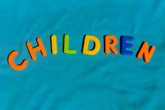I bambini di parola scritti dalle lettere del giocattolo Fotografie Stock Libere da Diritti