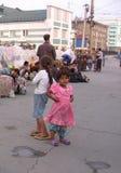I bambini di strada stracciati, Roma vivono con i vagabondi alla stazione ferroviaria allo scarico fotografia stock libera da diritti