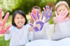 I bambini dipingono allegro con le pitture del dito Fotografia Stock Libera da Diritti