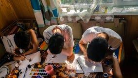 i bambini dipingono la seduta alla tavola Fotografia Stock Libera da Diritti