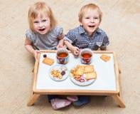 I bambini divertenti stanno mangiando il dessert fotografia stock libera da diritti