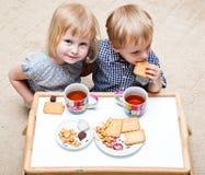 I bambini divertenti stanno mangiando il dessert immagini stock libere da diritti