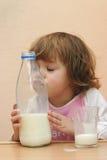 I bambini dovrebbero bere il latte fotografia stock