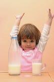 I bambini dovrebbero bere il latte immagini stock libere da diritti