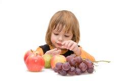 I bambini dovrebbero mangiare la frutta! fotografia stock