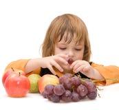 I bambini dovrebbero mangiare la frutta! fotografie stock libere da diritti