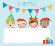 I bambini e carta di Natale e del nuovo anno di saluto, bambini che sbirciano dietro il cartello, bambini nei caratteri del costu Fotografia Stock Libera da Diritti