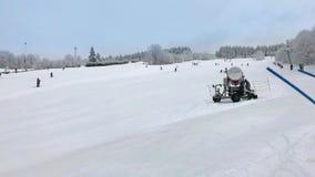 I bambini e gli adulti sciano su corsa con gli sci in discesa archivi video