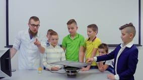 I bambini e l'assistente di laboratorio prepara vedere il suono sul piatto di Chladni archivi video