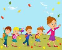 I bambini e l'insegnante stanno andando a scuola Fotografie Stock Libere da Diritti