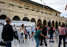 I bambini ed i genitori sono pattinaggio su ghiaccio sulla pista di pattinaggio sul ghiaccio di Bondi Fotografia Stock