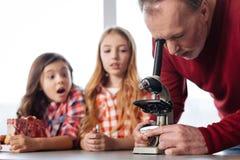 I bambini emozionanti emozionali che guardano ai loro insegnanti lavorano Immagini Stock