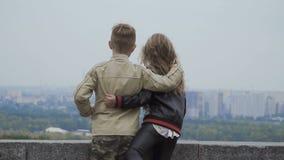 I bambini esaminano la città dalla cima che si abbraccia stock footage