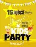 I bambini fanno festa l'invito con il ragazzino e la ragazza felici Immagine Stock