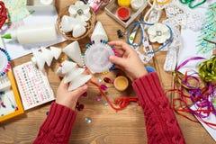 I bambini fanno i mestieri e giocattoli, albero di Natale ed altro Acquerelli della pittura Vista superiore Posto di lavoro del m Immagine Stock Libera da Diritti