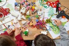 I bambini fanno i mestieri e giocattoli, albero di Natale ed altro Acquerelli della pittura Vista superiore Posto di lavoro del m Immagine Stock