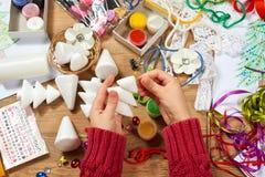 I bambini fanno i mestieri e giocattoli, albero di Natale ed altro Acquerelli della pittura Vista superiore Posto di lavoro del m Fotografia Stock Libera da Diritti
