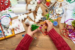 I bambini fanno i mestieri e giocattoli, albero di Natale ed altro Acquerelli della pittura Vista superiore Posto di lavoro del m Immagini Stock