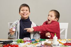 I bambini fanno i mestieri ed i giocattoli, concetto fatto a mano Posto di lavoro del materiale illustrativo con gli accessori cr Fotografia Stock Libera da Diritti