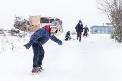 I bambini fanno scorrere su neve nello stile della vecchia scuola con legno duro Fotografia Stock
