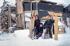 I bambini fanno scorrere su neve nello stile della vecchia scuola con legno duro Fotografie Stock