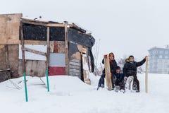 I bambini fanno scorrere su neve nello stile della vecchia scuola con legno duro Immagini Stock Libere da Diritti