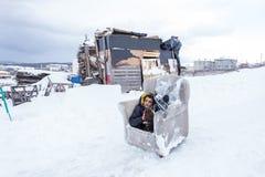 I bambini fanno scorrere su neve nello stile della vecchia scuola con legno duro Fotografie Stock Libere da Diritti