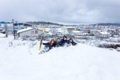 I bambini fanno scorrere su neve nello stile della vecchia scuola con legno duro Fotografia Stock Libera da Diritti