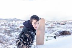 I bambini fanno scorrere su neve nello stile della vecchia scuola con legno duro Immagine Stock Libera da Diritti