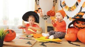 I bambini felici che preparano per Halloween hanno decorato i pipistrelli domestici fatti a mano Fotografie Stock Libere da Diritti