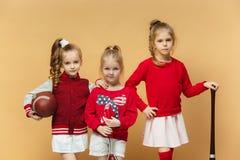 I bambini felici e beautyful mostrano lo sport differente Concetto di modo dello studio Concetto di emozioni Immagini Stock