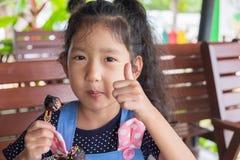 I bambini felici godono di di mangiare la palla del cioccolato immagine stock libera da diritti
