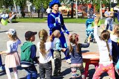 I bambini felici sono felici delle bolle di salto Immagine Stock