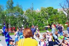 I bambini felici sono felici delle bolle di salto Fotografie Stock Libere da Diritti