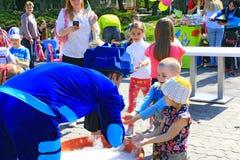I bambini felici sono felici delle bolle di salto Fotografia Stock