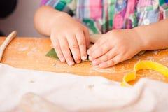 I bambini felici sono impegnati con argilla da modellare fotografia stock