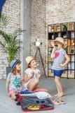 I bambini felici stanno andando in viaggio Vestiti di prova delle ragazze Concep Immagini Stock Libere da Diritti