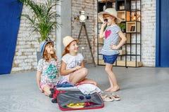 I bambini felici stanno andando in viaggio Vestiti di prova delle ragazze Concetto t Immagini Stock