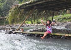 I bambini filippini allegri sulle banche del fiume accolgono favorevolmente i turisti immagine stock libera da diritti
