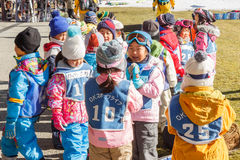 I bambini giapponesi preparano prima dello sci alla stazione sciistica di Fujiten Immagini Stock