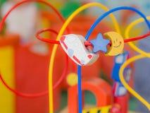 I bambini gioca, giocattoli che contribuiscono a sviluppare l'idea Fotografia Stock