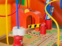I bambini gioca, giocattoli che contribuiscono a sviluppare l'idea Immagine Stock