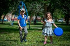 I bambini gioca il lancio del disco di volata fotografie stock