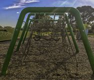 I bambini giocano l'apparecchiatura rampicante a terra delle corde fotografie stock