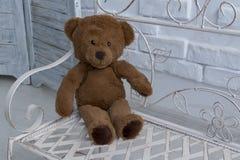 I bambini giocano - l'orso gonfio marrone immagini stock