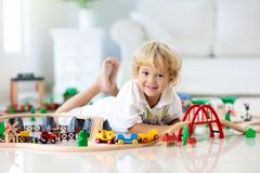 I bambini giocano la ferrovia di legno Bambino con il treno del giocattolo fotografia stock