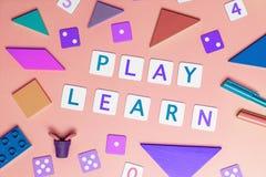 I bambini giocano per imparare il concetto con il lat piano di vista superiore dei giocattoli sul rosa fotografie stock libere da diritti