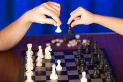 I bambini giocano un gioco da tavolo chiamato scacchi fotografia stock
